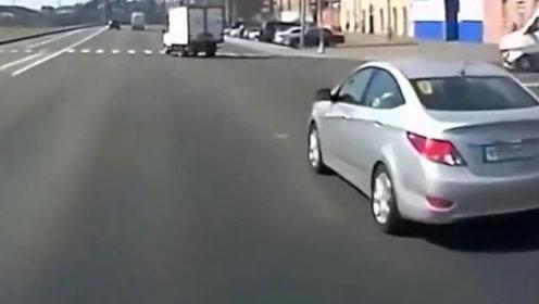嚣张白色轿车突然变道,视频车猝不及防,监控记录惨烈一幕!