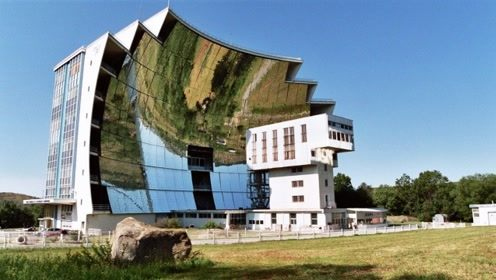 1万面镜子组成的太阳炉,瞬间3500度高温,钢铁1秒融化
