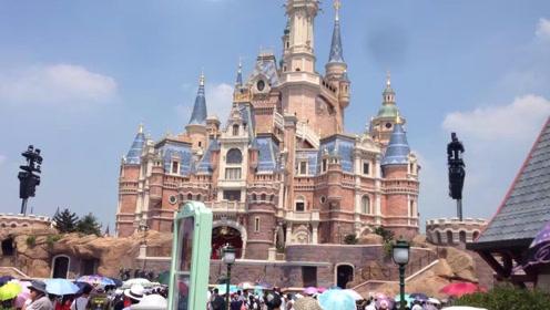 上海迪士尼允许携带食物,出现了垃圾遍地,游客素质有待提高!