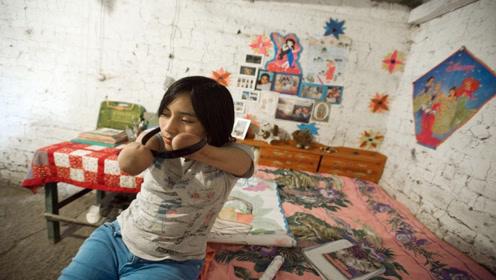 外国女儿在别人家做保姆被电触到了没了双腿双手用嘴能做很多事情