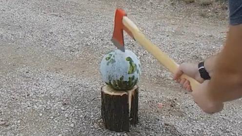 实验,斧头是劈柴利器,把西瓜冻实一斧劈下去会发生什么?
