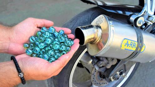 老外大开脑洞,把玻璃珠放进摩托车排气管,启动后会怎样?