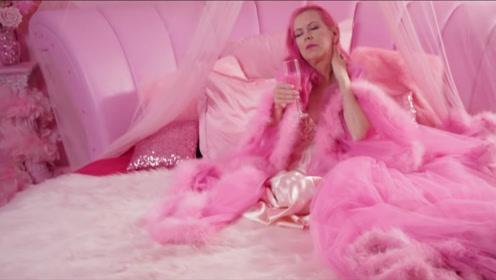 """老太太被称""""粉红女郎"""":痴迷粉红色30年,喝水都要粉红色"""
