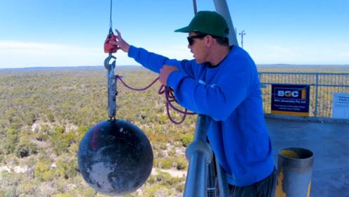 大石球从45米高处落下,能把跷跷板上的菠萝砸起来吗?