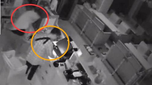 监控拍下全过程!两名男子明目张胆的入室盗窃 盗走现金若干