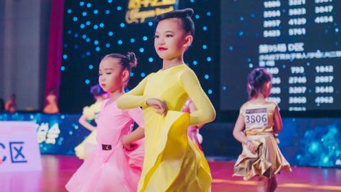 小女孩跳拉丁舞,配上英文歌,动作纯真又快乐!