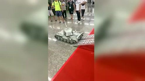 太小看这个小坦克了