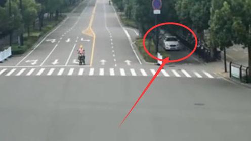 """险!男子开车突发疾病 致汽车失控在路上""""横冲直撞"""""""