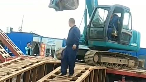 挖掘机下板车,这板车下的也太轻松了,网友:长见识了!