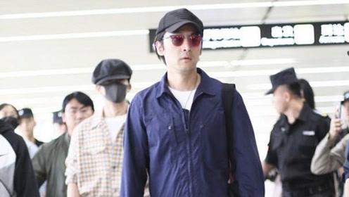 胡歌一身蓝色连衣裤现身机场,打扮时髦帅气满分