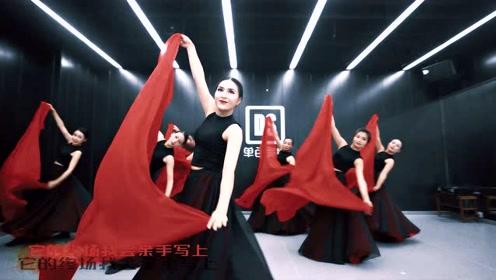 这是一支东方之舞!美女们曼妙的舞姿引人驻足,将红色纱巾汇聚成一片海