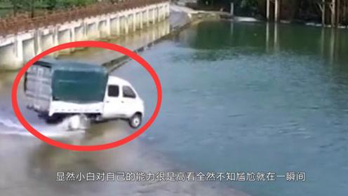 小货车司机在河边玩漂移,不料下一秒却直接冲进了河里