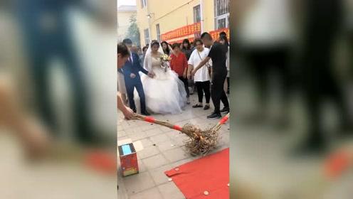 走进新时代,我们这的结婚习俗,我都怕烧着新娘