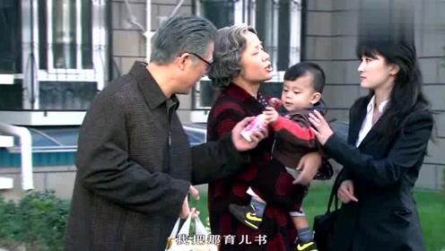 金婚:佟志对着大宝的照片倾述,儿媳要带走小宝,内心十分不舍