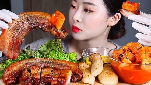 外焦里嫩的烤五花肉,小姐姐直接拿起来吃,感觉咬起来满嘴油