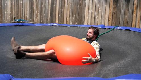男子挑战1吨重的水气球,扎破的瞬间,仿佛看到了彩虹!