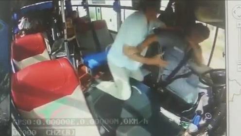视频曝光!老人要求在无站点处下车遭拒 用茶杯猛砸公交司机