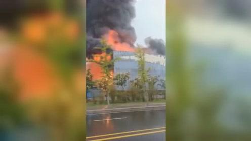 郑州一厂房燃起大火 三层楼被烈火吞噬