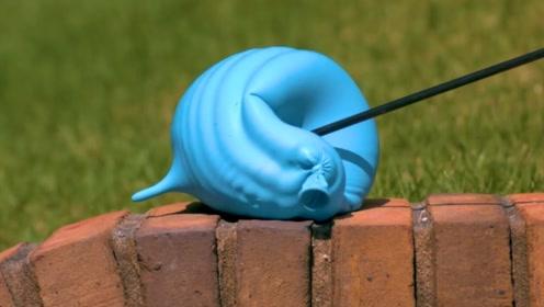 在放慢1000倍的镜头中,水球爆裂的效果太神奇了!