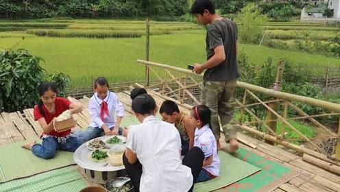 有个问题想不明白,为啥做鸡要加菜叶拌呢?这越南农家菜感觉如何?