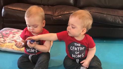双胞胎哥哥明明自己有奶嘴,却非要抢弟弟的,尝尝味道才肯罢休