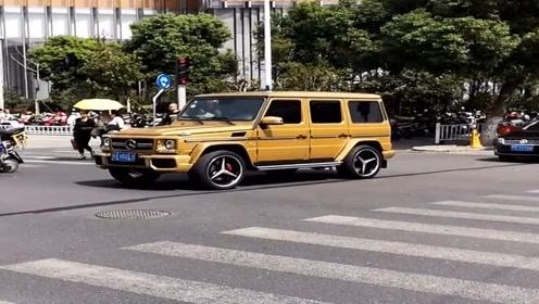 集团老总开着金色奔驰大G炸街了,轮毂炫酷十足,好想有一辆!