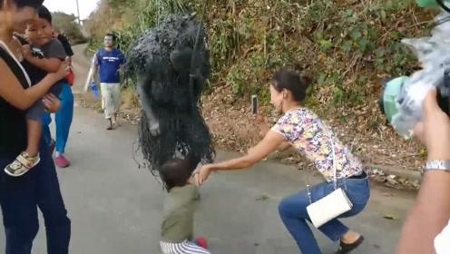 马路上惊现泥巴怪人,把一众小娃吓得失魂落魄,结果父母却笑翻了