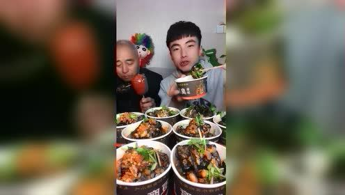 东北小哥和爷开搂臭豆腐,眼前这,成功勾起我的食欲!