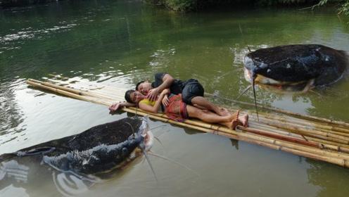 柬埔寨农村小伙,徒手捕捉6斤重大鲶鱼,妻子做成美味烤鱼!