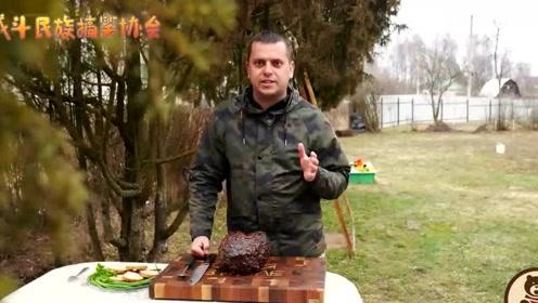 俄罗斯小哥把一块10斤的牛肉直接放锅里炸 没想到成品这么香
