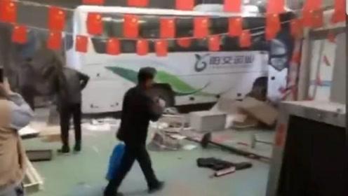 山西大同:东关客运站一新能源大巴失控冲进候车大厅,造成2死1伤