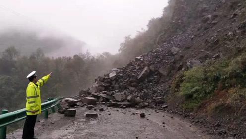 惊险!陕西安康突发山体塌方 山体松动大块滚石掉落 所幸无人伤亡