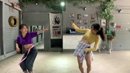 俩姐妹跳《野狼disco》,以独特的魅力跳出不一样的版本!