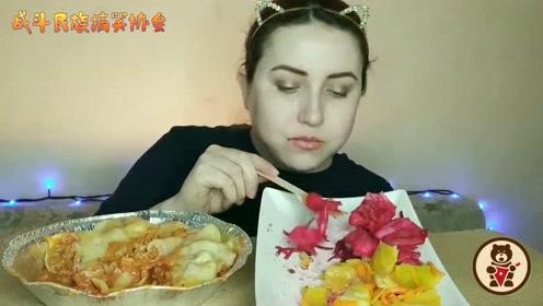 俄罗斯大姐吃肉酱通心粉配奶酪 每一口都要把嘴巴撑得鼓鼓的