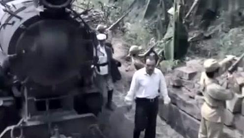 铁轨上出现口棺材挡住火车,军官不听劝非要往前走,下一秒全玩完