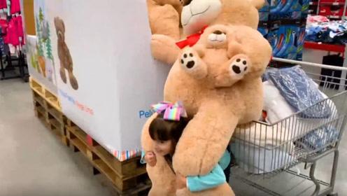 萌娃小可爱背着个大熊逛商场,买了好多好吃的呢,好好玩!