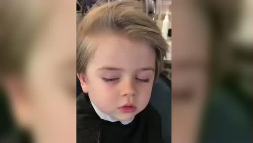 宝贝吹头发吹到睡着了,這睡姿实在是