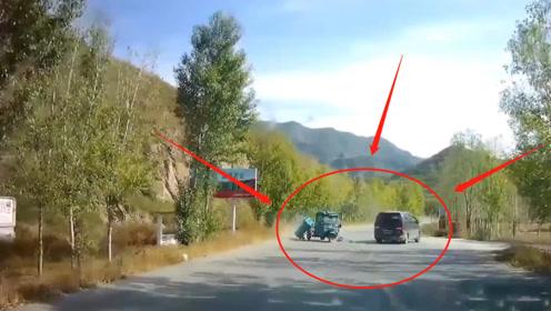 面包车逆行超车后发现前方三轮车!三轮车被撞成两截,监控记录惊魂7秒
