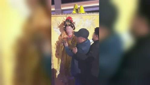 醉汉与景区女演员合照时竟伸出咸猪手 抱住对方不撒手