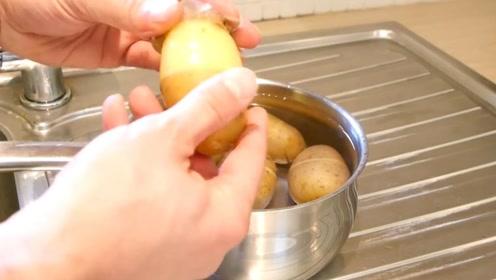 土豆上划一刀就能轻松去皮!外国主妇的小妙招,实用又方便