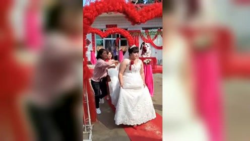 司仪刚替新娘求情就被伴郎打脸,农村婚礼玩的真过火