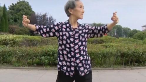 奶奶可以原地出道了!7旬奶奶街头跳舞,动作不输女团