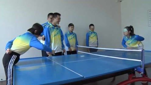 盲童听声辨位打乒乓球,球从网下过