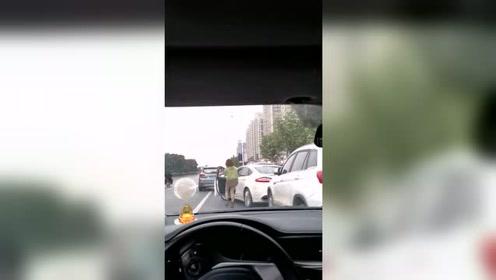 对女司机来说,最困难的侧方停车,不确定就下车看看