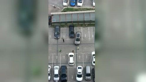 老司机倒车入库,这技术没毛病,就是车位有点短