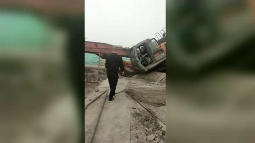 一方有难八方支援,挖机师傅真是不容易,希望能赶紧上来