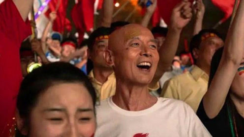 """《北京你好》花絮导演宁浩屏幕前看葛大爷表演笑到""""脸变形"""""""