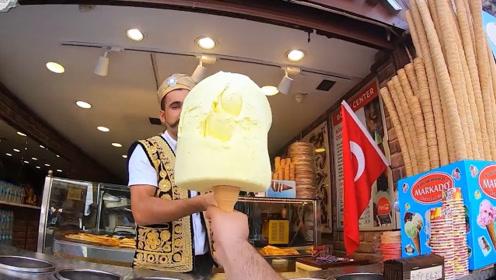 """土耳其""""网红冰激凌"""",小伙只用一招,就成功吃到嘴!"""