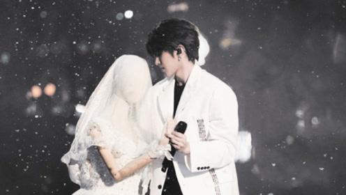 """蔡徐坤白色西装造型来了,变身白马王子和穿着婚纱的""""模特""""跳舞"""