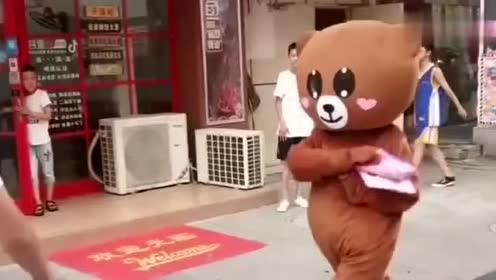 当网红熊摘下头罩的那一刻,路人决定,剩下的传单由他来发